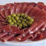 Мясная нарезка с оливками в Черногории
