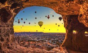Повітряні кулі, скелі, схід сонця